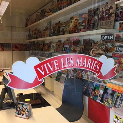 """Banderolle carton """"VIVE LES MARIES"""" L66 H16 cm"""